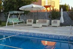 Kuća na prodaju,  bazen, 1500m2 dvorište, kompletno namještena, Golubovci