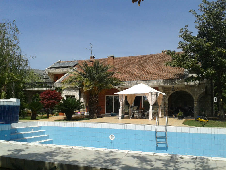 House 350m2, garden 5000m2, swimming pool
